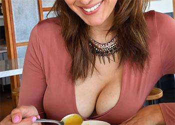 Bella FTV love cleavage