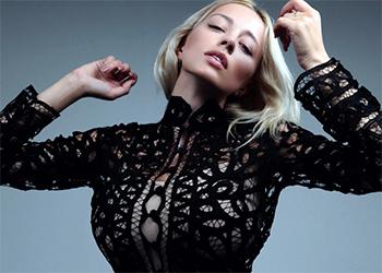 Caroline Busty Model