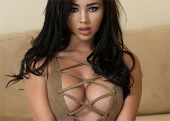 Courtnie Quinlan Busty Exotic Model