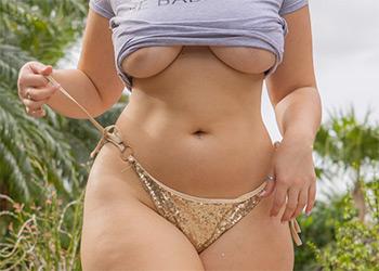 Lexi Lloyd bikini curves