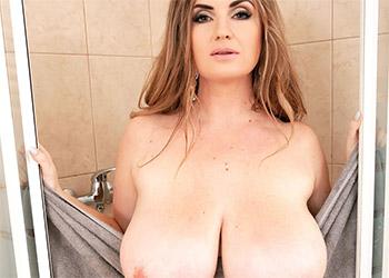 Maria Body showering