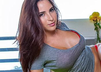 Olivia Wade busty latina